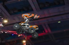 Hugo Ariazu que faz truques em seu ATV Imagens de Stock