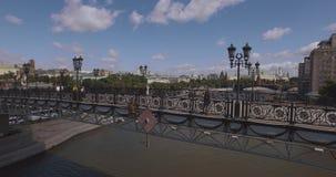 Rússia, Moscovo O curto centrou-se sobre a vista aérea do Kremlin, tráfego 4k do rio de Moscou e dos navios, da estrada e de cida filme