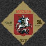 RÚSSIA - 2012: mostra a brasão de Moscou, Federação Russa Imagem de Stock