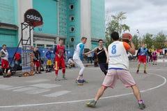 Rússia, Murmansk 24 de junho de 2018: a celebração do dia da juventude do russo, meninos joga o basquetebol da rua fotografia de stock