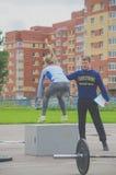Rússia Nikolskoe competição do julho de 2016 para a menina desportiva do crossfit no azul salta no freio fotografia de stock royalty free