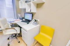 Rússia, Novosibirsk - 6 de junho de 2018: interior moderno do centro médico Quarto médico fotografia de stock