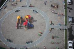 Rússia, Novosibirsk 14 de março de 2015 A vista superior do campo de jogos novo colorido para crianças aproxima o prédio de apart Fotos de Stock Royalty Free