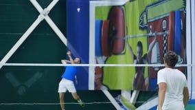 Rússia, Novosibirsk, o 29 de dezembro de 2018 Os atletas treinam em cortes de badminton internas vídeos de arquivo