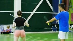 Rússia, Novosibirsk, o 29 de dezembro de 2018 Os atletas treinam em cortes de badminton internas filme