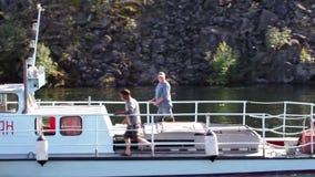 Rússia, Novosibirsk, o 10 de setembro de 2016 barco de pesca no lago Teletskoye vídeos de arquivo