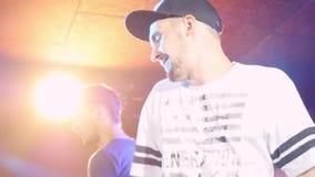 Rússia, Novosibirsk, o 11 de setembro de 2015 Bata, o disco DJ que jogam, a dança e música de mistura para a multidão de povos fe video estoque