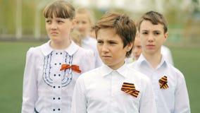 Rússia, Novosibirsk, 2015: Parada Crianças com fitas de St George video estoque