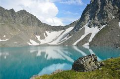 Rússia, o Cáucaso, o lago montanhoso de Bush no verão fotos de stock royalty free