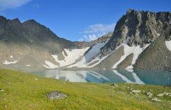 Rússia, o Cáucaso, o lago montanhoso de Bush no verão imagem de stock