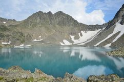 Rússia, o Cáucaso, o lago montanhoso de Bush no verão imagens de stock