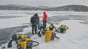 RÚSSIA, OLKHON - 28 DE FEVEREIRO DE 2018: Os viajantes dos ciclistas do Polônia montam o gelo em bicicletas Extremos o Lago Baika vídeos de arquivo
