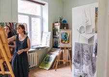 Rússia, Omsk - 2 de julho de 2015: menina no estúdio da pintura Fotografia de Stock