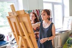 Rússia, Omsk - 2 de julho de 2015: menina no estúdio da pintura Imagens de Stock