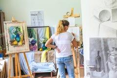 Rússia, Omsk - 2 de julho de 2015: menina no estúdio da pintura Foto de Stock Royalty Free