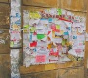 Rússia, outono 2016 de Nikolskoye - o quadro de mensagens na casa velha Foto de Stock