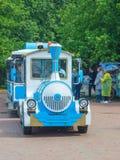 Rússia, parque de Pavlovsk, o 22 de julho de 2017 visitantes do parque monta eleger imagem de stock royalty free