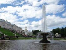Rússia, Peterhof Canos da água bonitos - bacias imagens de stock