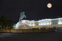 Rússia petersburg Monumento ao czar Peter 1, cavaleiro de bronze inscrição que o russo rotula em uma pedra - a Peter mim th de Ek Imagens de Stock