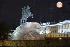 Rússia petersburg Monumento ao czar Peter 1, cavaleiro de bronze inscrição que o russo rotula em uma pedra - a Peter mim th de Ek Foto de Stock Royalty Free