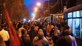 RÚSSIA - primavera de 2019: Multidão de povos de protesto que andam ao longo da rua central da cidade, obstruindo o tráfego video estoque