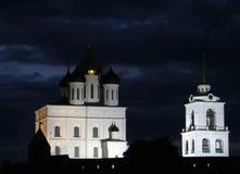 Rússia Pskov 2013, o 8 de agosto Opinião da noite do Kremlin de Pskov contra o céu nebuloso escuro Fotos de Stock