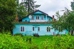 Rússia, república de Carélia, em agosto de 2016: Casa de madeira velha Fotografia de Stock Royalty Free