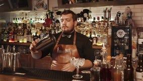 Rússia Rosa Khutor - em fevereiro de 2018: o barman adiciona anos à taça de vidro video estoque