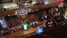 Rússia Rosa Khutor - em fevereiro de 2018: o barman fala sobre o cocktail que fez vídeos de arquivo