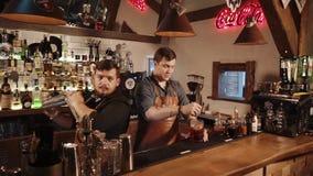 Rússia Rosa Khutor - em fevereiro de 2018: um par empregado de bar preparam cocktail alcoólicos video estoque