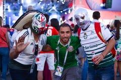 Rússia Rostov-On-Don fãs do 22 de junho de 2018 tem o divertimento na zona do fã, esperando a harmonia entre México e Coreia do S imagem de stock royalty free