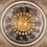 Rússia, Ryazan 1º de fevereiro de 2019 - pintura do teto em uma igreja ortodoxa, em 12 apóstolos e em uma lâmpada dourada no  imagem de stock royalty free
