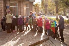 Rússia Ryazan 20 de outubro de 2017: um grupo de crianças vai à biblioteca para classes fotografia de stock