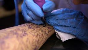 RÚSSIA, SAMARA - 21 DE SETEMBRO DE 2018: mãos do artista da tatuagem que criam uma tatuagem no braço de uma menina vídeos de arquivo