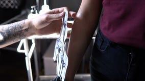 RÚSSIA, SAMARA - 21 DE SETEMBRO DE 2018: tatuagem provisória no braço do cliente que que faz o trabalhador no salão de beleza vídeos de arquivo