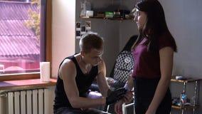 RÚSSIA, SAMARA - 21 DE SETEMBRO DE 2018: tatuagem provisória no braço do cliente que que faz o trabalhador no salão de beleza video estoque