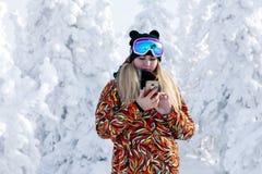 Rússia, Sheregesh 2018 11 Esquiador profissional da menina 17 em s brilhante imagens de stock
