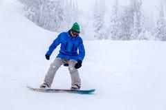 Rússia, Sheregesh 2018 11 Snowboarder profissional do homem 18 no bri imagem de stock royalty free