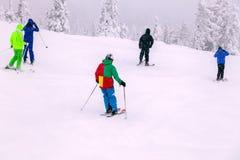 Rússia, Shoriya 2018 11 18 esquiadores profissionais no sportsw brilhante foto de stock