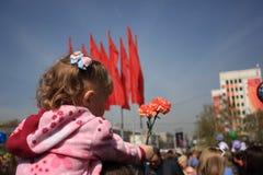 Rússia, Sibéria, Novokuznetsk - podem 9, 2013: a menina na parada da vitória Imagem de Stock