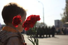 Rússia, Sibéria, Novokuznetsk - podem 9, 2013: o menino na parada da vitória Imagens de Stock