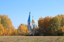 Rússia Sibéria o templo entre os campos do russo imagens de stock
