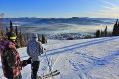 RÚSSIA, SIBÉRIA, SHEREGESH - 11 DE JANEIRO DE 2016: Dois esquiadores novos imagens de stock royalty free