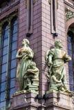 Rússia, St Petersburg, em agosto de 2016: Esculturas na casa do ` de Eliseevs dos irmãos do ` de associação comercial Fotografia de Stock Royalty Free