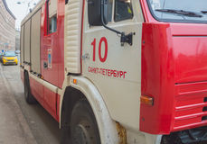 Rússia, St Petersburg, o 16 de fevereiro de 2017 - no passeio um carro de bombeiros Imagens de Stock Royalty Free