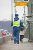 Rússia, St Petersburg, o 16 de fevereiro de 2017 - o empregado do olhar da polícia de trânsito para fora para violadores na ponte Foto de Stock Royalty Free