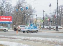 Rússia, St Petersburg, o 16 de fevereiro de 2017 - polícia de trânsito do carro que procura violadores na interseção Imagens de Stock Royalty Free