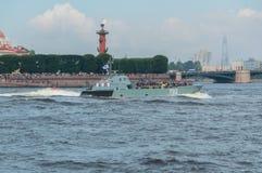 Rússia, St Petersburg, o 30 de julho de 2017 - na terra do rio de Neva Foto de Stock Royalty Free