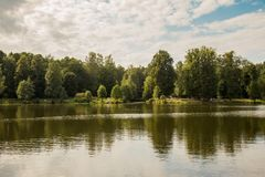 Rússia, St Petersburg, parque de Shuvalov, dia de verão fotos de stock royalty free
