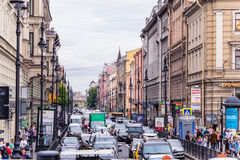 Rússia, St Petersburg, Petersburgo, em agosto de 2016: Conjunto de carros na rua Rebelião no centro da cidade Imagens de Stock